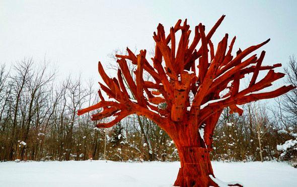 """Instalación en Münsterplatz del artista Ai Weiwei. Escultura monumental """"Iron Tree"""" (2016)"""