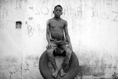 Mário Macilau | Sitting on a tire